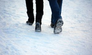 Couple-walking-in-snow